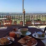 Terrazza della colazione, spettacolare d'estate.