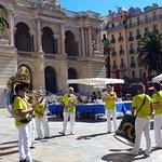 Toulon: l'Opéra et sa place animée.