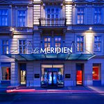 Le Méridien Vienna - Entrance at dusk