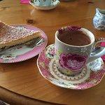 Une part de tarte framboise-noix de coco délicieuse accompagnée d'un chocolat au rhum. Divin !!!