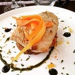 Ventrèche de thon marinée au piment d'Espelette et agrumes, caviar d'aubergines et condiments ci