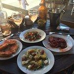 Tapas froides : artichaud, pain à l'ail, aubergines, poulpes