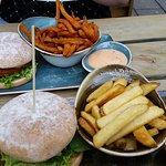 Butterbirne veganer Burger mit Avocadocreme und Fritten.