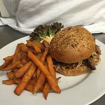 Pulled Pork Burger mit Sweet Potato Fries und Cole Slaw