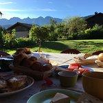 Petit déjeuner sur la terrasse, face à la chaîne des Aravis