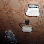 Historische Zigarettenablage an der Toilette (Rauchen ist aber verboten)