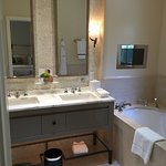 Ample and efficient bathroom space