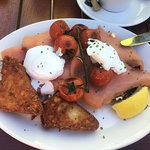 Bagel with poached egg, smoked salmon, vine tomatoes & side of hash browns