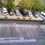 Solo 8 parcheggi, + altri 10 alla dx.