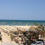 Sicht aus dem Hotelzimmer auf Strand und Meer (pro Zimmer sind 2 Liegestühle u 1 Sonnenschirm in