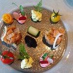 Tartare de Truite Saumonée d'Ondenval marinée à l'Aneth, Caviar de hareng et Guacamole