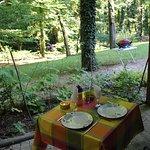 Repas sur la terrasse avec vue sur parc