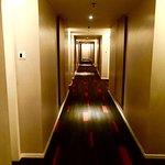 Lorong hotel di antara kamar