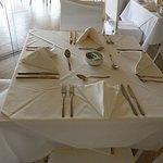 La mesa impecable, así como el servicio y todo en el hotel.
