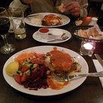 Kuzu Mousaka con ensaladas y Mousaka vegetariana con arroz blanco