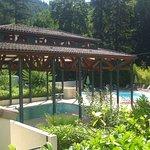 2 piscines et une pataugeoire entourées de transats