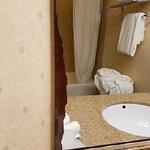 Photo de Holiday Inn Express Hotel & Suites - Marina