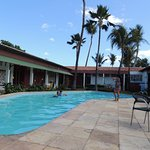 Apartamentos ao redor da piscina.