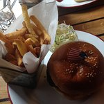 Hamburger, frites et coleslaw