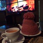 Теплая атмосфера, горячий чай и огромный камин - все, чтоб согреть душу