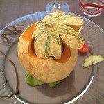 Melon nage de vin de noix et glace à la noix