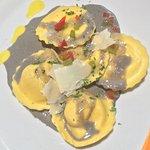 Excellentissime, ce midi les raviolis au saumon et son encre de seiche et la Burrata avec ses lé