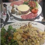 Reblochon fondu avec charcuterie et salade avec lardons et Patates aux lards et cantal