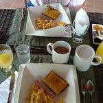 Apacible, desayuno gustoso, frutas, café, huevos al gusto. Buena atención.