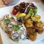 Matjes Hausfrau 10,80€ - Arenques con ensalada y patatas. Muy salado y poca cantidad de pescado.