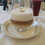 Café late au copieux petit déjeuner