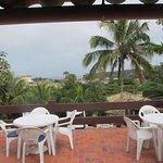 Tanto dentro del pequeño room comedor como en la terraza, buena vista de los alrededores de la p