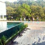 yoga di pinggir kolam renang