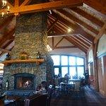 餐廳用原木與石材裝潢