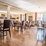 Hotelhalle mit Lounge und Frühstücksbereich
