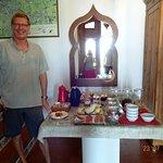 Yves aan het rijkelijk gevuld ontbijt