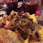 Nachos con formaggio, carne e jalapenos
