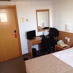 La habitación no es muy grande . Pero es cómoda . Tiene una tv pequeñita de 15 o 20 pulgadas . B