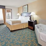 Foto de Holiday Inn Express Hotel & Suites Branson 76 Central
