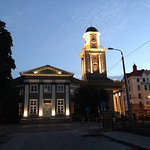 Kirche auf der anderen Straßenseite (Blick darauf aus einigen Zimmern, Besuch zu empfehlen))