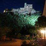 Beleuchtete Burg Hadenberg vom Hotel aus gesehen
