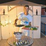 Wahed qui vous préparera des grillades sur la terrasse
