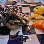 Gegrilltes Duroc Kotelett mit frischen Steinpilzen