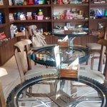 Detalhe das mesas com rodas de bicicleta.