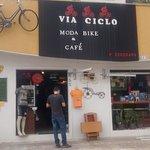 Fachada da Via Ciclo. O lugar tem estacionamento para bicicletas.