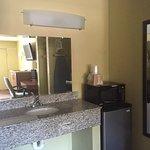 Photo de Econo Lodge Inn & Suites I-64 & US 13