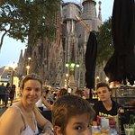Hermosa vista de la Sagrada Familia comiendo unas tapas