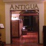 Restairante Antigua, con una preciosa terraza habilitada para desayunos y vista a las canchas de