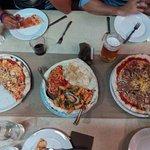 Entrantes, pizza y tripasta a compartir, postres varios y agua filtrada