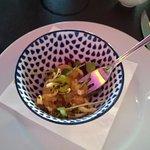 Gruß aus der Küche: Lachstartar auf Avocadocreme