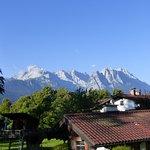 Sicht vom Frühstücksbalkon zur Zugspitze ganz rechts